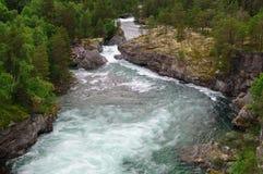 Норвежское река Rauma скорости гористой местности и скалистые берега реки Стоковые Фотографии RF