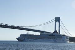Норвежское туристическое судно самоцвета под мостом Verrazano в гавани Нью-Йорка Стоковое Изображение RF