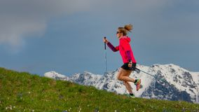 Нордический идти и след бежать девушка с ручками на весне mo Стоковая Фотография RF