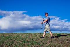 Нордический идти, тренировка, приключение, пешая концепция - укомплектуйте личным составом пеший туризм стоковое фото rf
