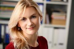Нормальный белокурый портрет женщины на офисе стоковая фотография