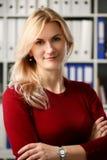 Нормальный белокурый портрет женщины на офисе стоковые фото