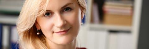 Нормальный белокурый портрет женщины на офисе стоковое фото rf