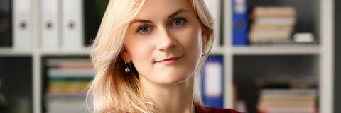 Нормальный белокурый портрет женщины на офисе стоковое изображение rf