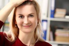 Нормальный белокурый портрет женщины на офисе стоковое изображение