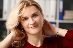 Нормальный белокурый портрет женщины на офисе стоковые фотографии rf