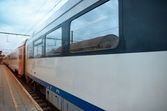 Нормальный поезд к железнодорожному вокзалу день ненастный Стоковые Фото