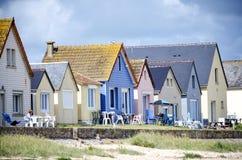 Нормандия, дюны des Gran Hameau Строка красочных домов на пляже Cotentin Нормандия Франция стоковое фото rf