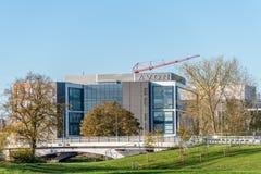 Нортгемптон, Великобритания - 27-ое августа 2017: Пасмурный взгляд дня головных офисов Эвона рядом с рекой Nene Стоковая Фотография