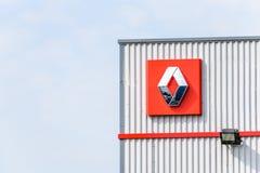 Нортгемптон, Великобритания - 21-ое апреля 2018:: Дилерские полномочия тележек Renault должностного лица взгляда дня подписывают  Стоковое Изображение RF