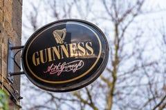 Нортгемптон Великобритания 5-ое января 2018: Знак логотипа Гиннесса на стене паба Стоковое Изображение