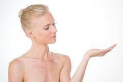 Нордическая девушка на половинной стороне с одной рукой вверх Стоковые Фото