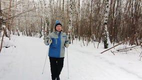 Нордическая идя взрослая женщина в зиме (МЕДЛЕННОЙ) акции видеоматериалы