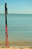 Нордический гулять ручки на песчаном пляже вода взгляда неба океана облака Стоковая Фотография