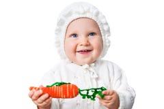 носить вязания крючком bonnet младенца изолированный девушкой Стоковое Изображение RF