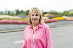 Носить зрелой женщины внешний в розовых одеждах Стоковое фото RF