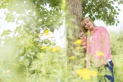 Носить зрелой женщины внешний в розовых одеждах Стоковые Фотографии RF