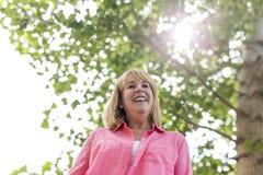 Носить зрелой женщины внешний в розовых одеждах Стоковая Фотография RF