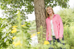 Носить зрелой женщины внешний в розовых одеждах Стоковое Изображение