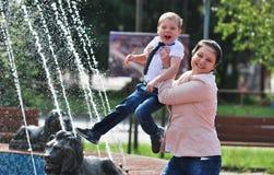 носить обеих зеленый верхних частей сынка мамы джинсыов Стоковая Фотография