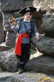 носить пирата costume мальчика Стоковое Изображение