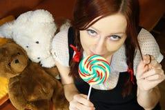 носит игрушечный красного цвета lollipop девушки головной стоковое фото rf