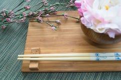 Носка таблицы с цветками стоковые фотографии rf
