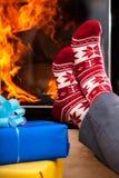 Носки и камин рождества Стоковая Фотография RF