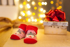 Носки и подарки на рождество младенца красные белизна изоляции декора рождества Стоковые Фото