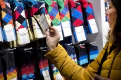 Носки и цены покупателя наблюдая Стоковая Фотография RF