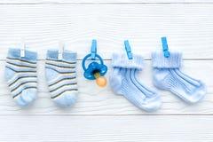 Носки младенца на веревочке на деревянной предпосылке стоковое фото rf
