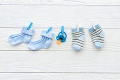 Носки младенца на веревочке на деревянной предпосылке стоковые фотографии rf