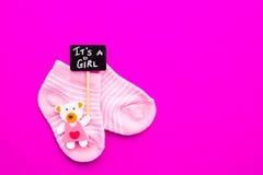 Носки ребёнка - розовые и белые с медведем на розовой предпосылке с ей ` s знак классн классного девушки Стоковые Фотографии RF