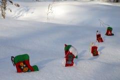 Носки рождества в сугробах в парке Стоковое фото RF