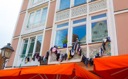 Носки с смертной казнью через повешение песка на здании в Франкфурте-на-Майне в Германии Стоковое Фото