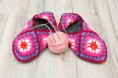 Носки шерстей и шарик пряжи шерстей с концом-u вязать игл Стоковое Изображение RF