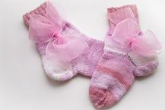 Носки шерстей пинка младенца с смычком Стоковая Фотография