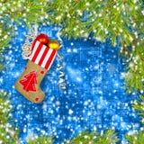 Носок Нового Года Санта Клауса с подарками, игрушками и серпентином стоковые фотографии rf