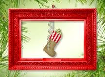 Носок Нового Года Санта Клауса с подарками, игрушками и серпентином стоковое изображение rf