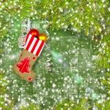 Носок Нового Года Санта Клауса с подарками, игрушками и серпентином стоковые изображения rf