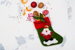 Носок рождества вполне праздничных подарков на белом backgound Стоковые Изображения