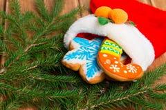 Носок рождества с пряником к рождественской елке Стоковые Изображения
