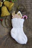 Носок рождества с gingerbreads и конфетой Стоковые Изображения