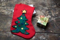 Носок рождества с подарком на таблице стоковые фотографии rf