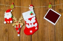 Носок рождества для подарков и пустая картинная рамка на деревянном Стоковые Фото