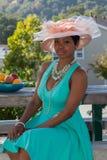 Нося зеленое платье и красивая шляпа Стоковое Изображение