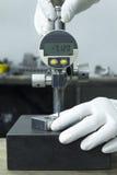 Нося измерение измерительного прибора с круговой шкалой белой пользы перчатки цифровое Стоковое фото RF