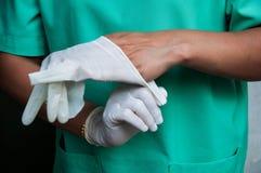 Нося перчатки Стоковые Фото