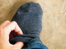 Нося серый носок стоковые изображения rf