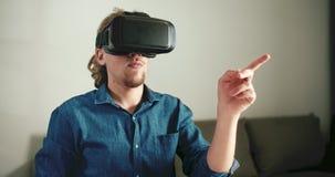 Нося шлемофон VR сток-видео